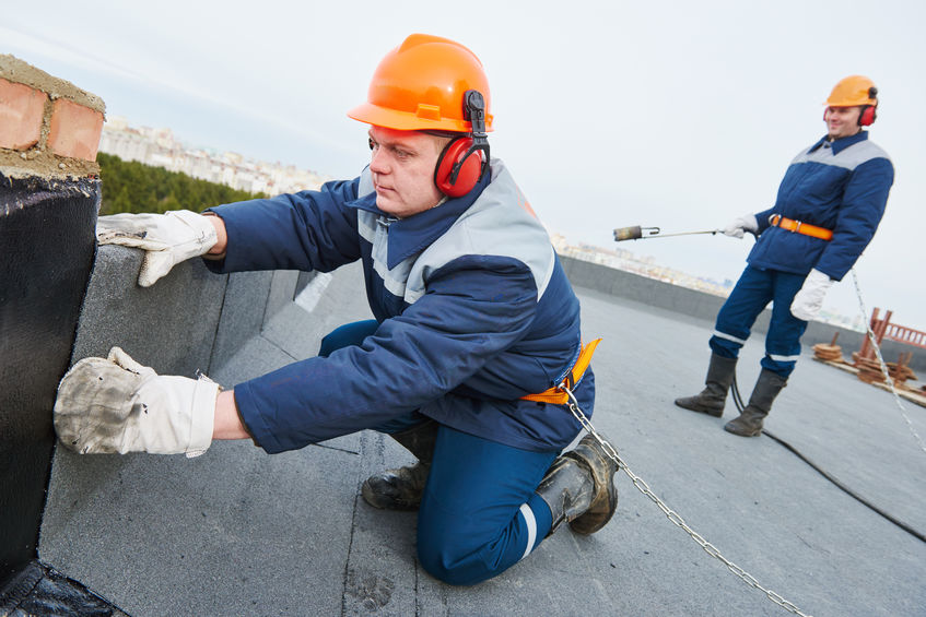 Naples roofing company experts install flat roofing